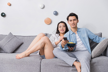 年轻情侣沙发上看电视图片