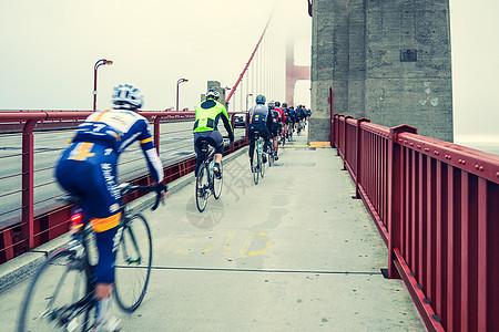清晨旧金山大桥上骑行的人图片