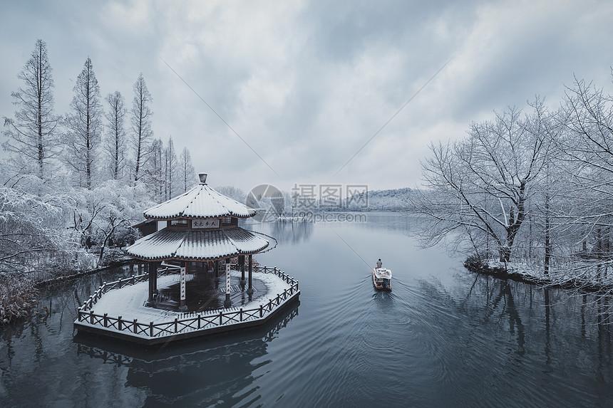 青舟孤影图片