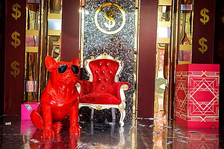 商场里的红色墨镜狗图片