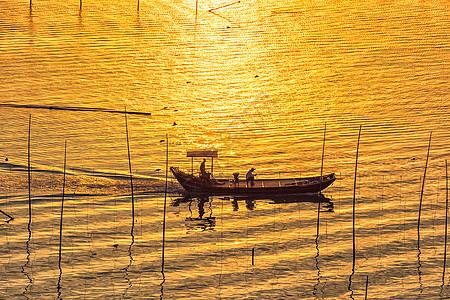 金色阳光下的渔船图片