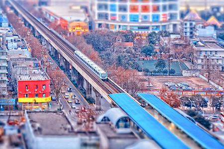 正在进站的轻轨列车图片