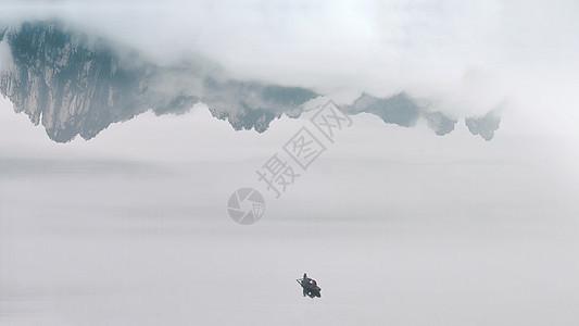 江中水墨画般的倒影和小船图片