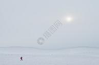 白茫茫雪地里行走的人图片