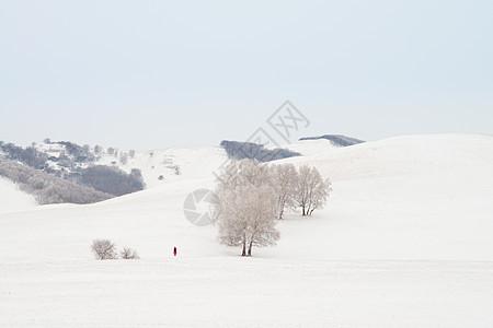 雪地上一个人的背影图片
