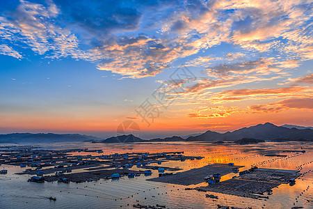夕阳下的海上渔村图片