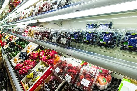 进口超市挑选年货水果图片