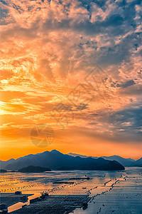 夕阳与海上渔村图片