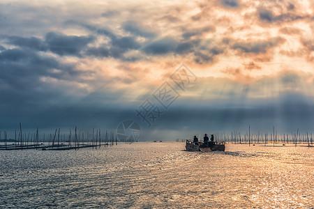 出海捕鱼的渔船与耶稣光图片