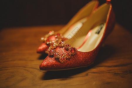 木板上的婚鞋静物图图片