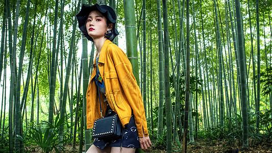 竹林中的时尚女性图片