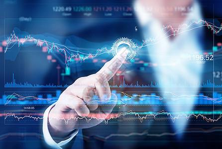 商务人士点击股市数据图图片