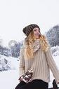 坐在雪地的女孩500824793图片