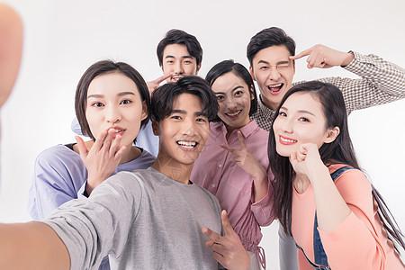 青年聚会众人开心自拍合影图片