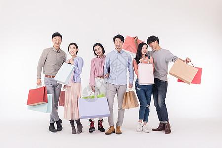 青年聚会众人开心手拿购物袋图片