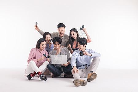 青年聚会众人围坐地上开心网购图片