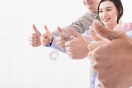 青年聚会众人举大拇指特写图片