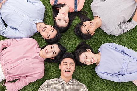 青年聚会众人开心躺草地上图片
