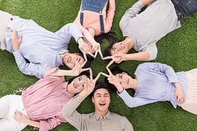 青年聚会众人躺草地上比星图片