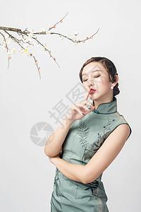 旗袍美女在梅花下图片