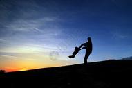 夕阳下的父子图片