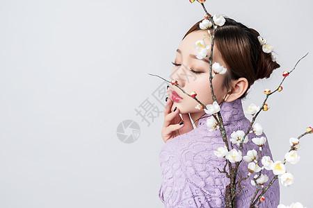 紫色旗袍美女与梅花图片