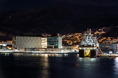 停靠码头的货船夜景图片
