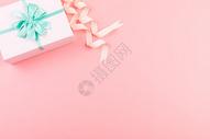 粉色礼物盒留白背景图片