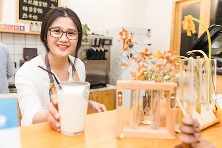 咖啡馆服务员递牛奶图片