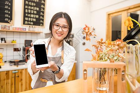 咖啡馆服务员手拿手机支付图片