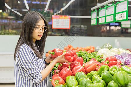 年轻女性超市购物图片
