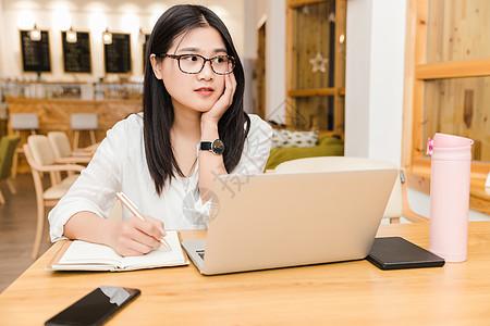 咖啡馆内年轻女性看窗外图片