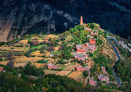 山谷中的藏族村庄图片