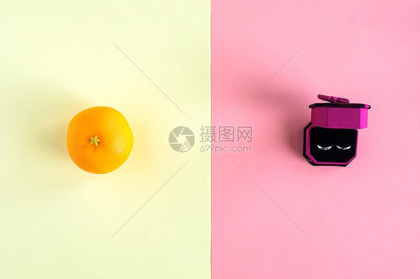 黑色配景桔子和戒指图片