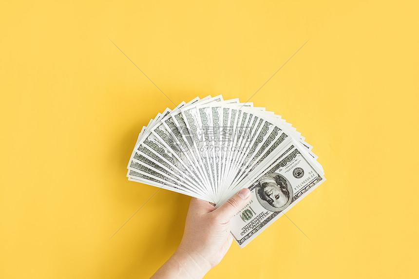 手拿少量现金图片