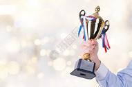 男子拿冠军杯图片
