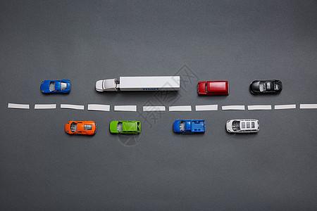 行驶在道路上的汽车模型图片