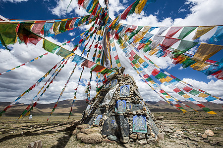 西藏高原上飘动的经幡图片