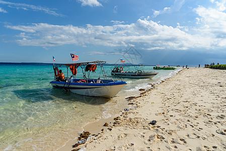 沙滩快艇游船度假图片