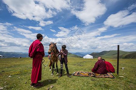 西藏高原上的红衣喇嘛图片