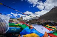 西藏高原雪上上飘动的经幡图片