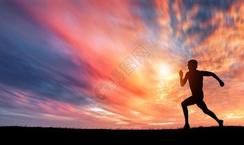夕阳下奔跑剪影图片