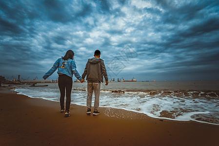 海边情侣牵手背影图片