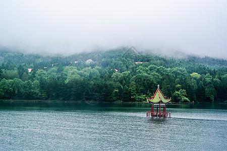 绵绵细雨中坐落在湖中的小亭子图片