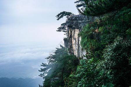云雾缭绕的山峦图片