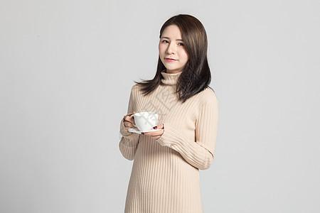 女性在喝咖啡图片