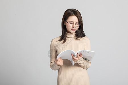 女性在阅读图片