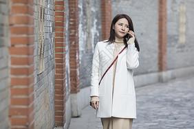 女神逛街打手机图片