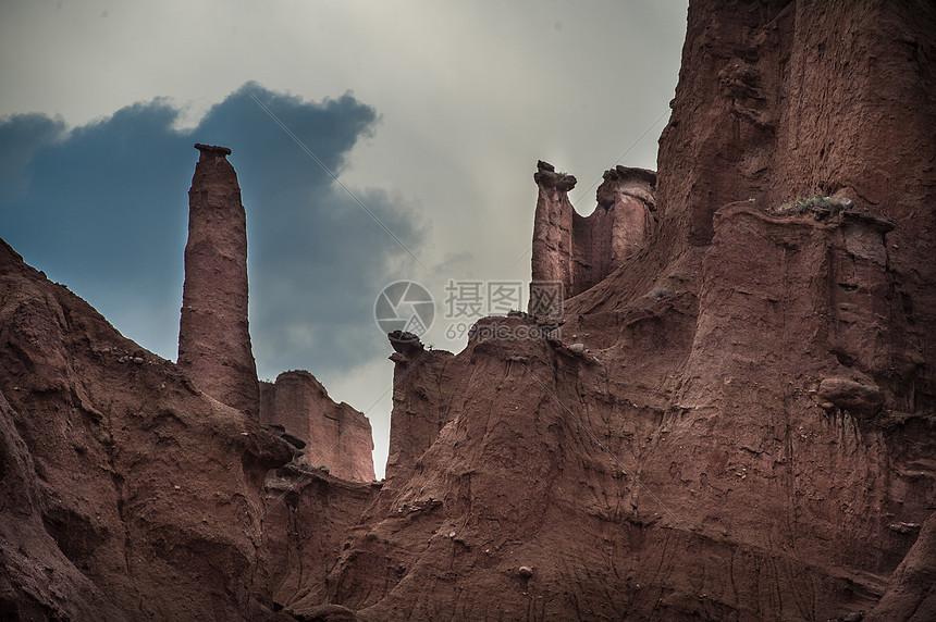 新疆库车天山红岩大峡谷图片