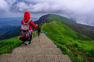 春天户外登山探险图片